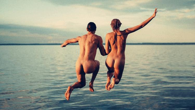 Samen springen we naakt in het water
