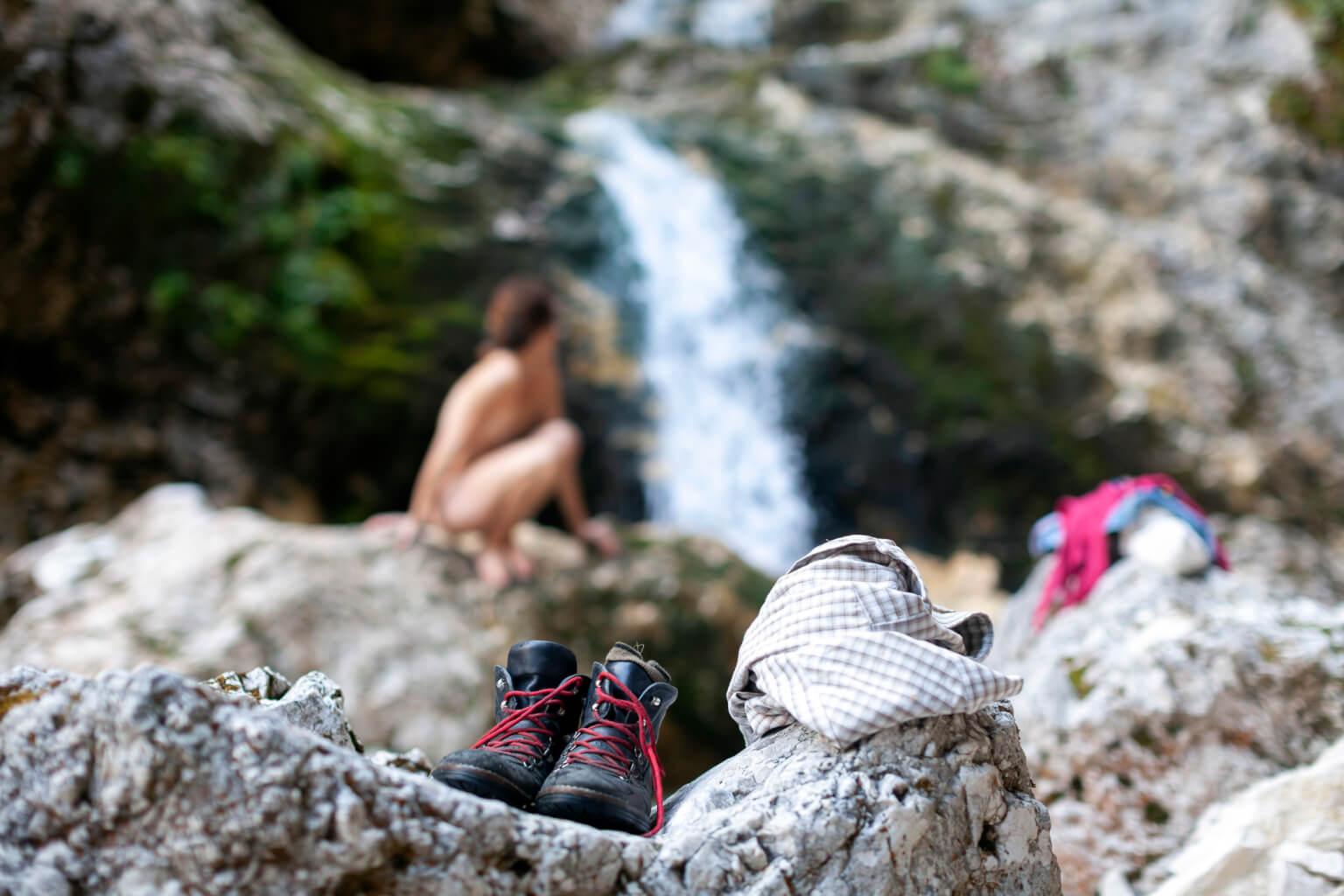 Naakt wandelen en afkoelen onder een waterval