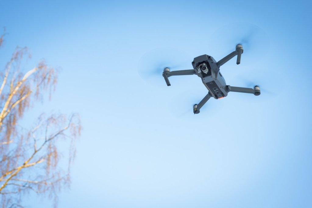 Drones boven naaktstrand